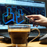Symbolbild 3D-Datenerstellung; Ingenieur zeigt auf Bildschirm